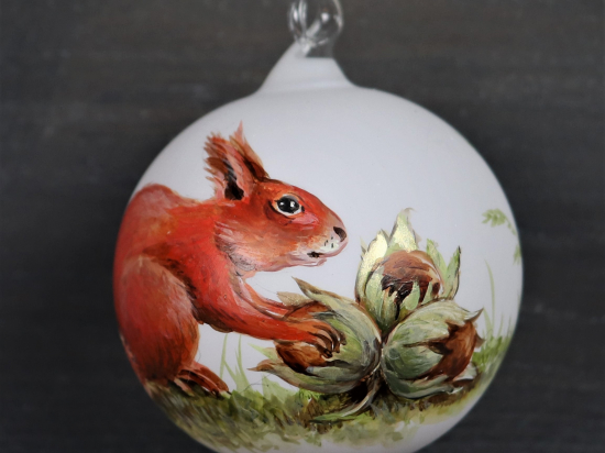 Eichhörnchen mit 3 Haselnüssen
